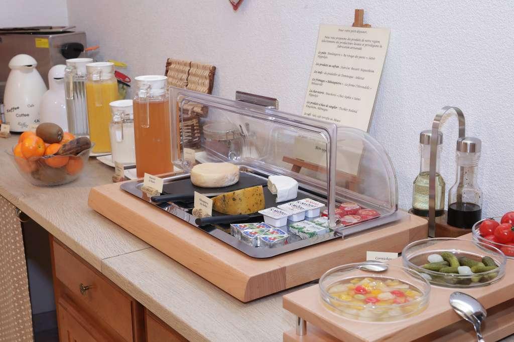 Buffet petit déjeuner, fromage, charcuterie, jus et fruits