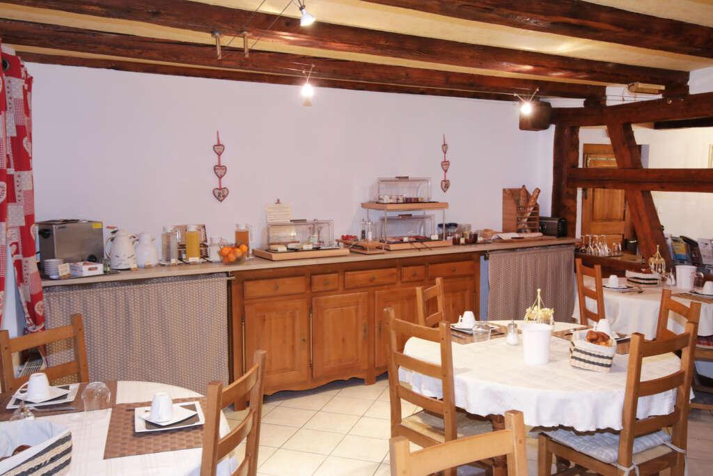 Salle commune où nous servons le petit-déjeuner sous forme de buffet dans les chambres d'hôtes du Domaine Sylvie Fahrer et Fils